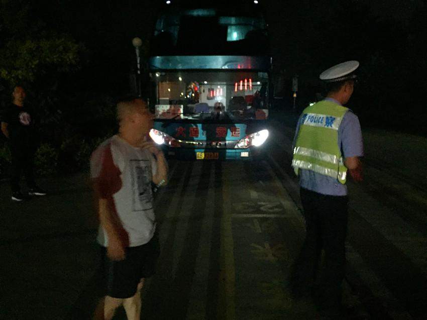 大巴超员青岛被查后乘客偷溜下车 司机推卸责任