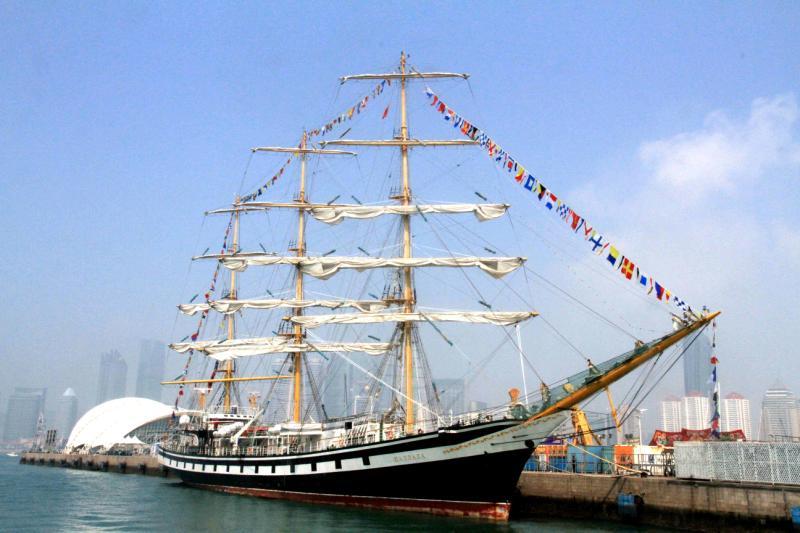 """俄罗斯""""帕拉达""""号大帆船抵达青岛"""