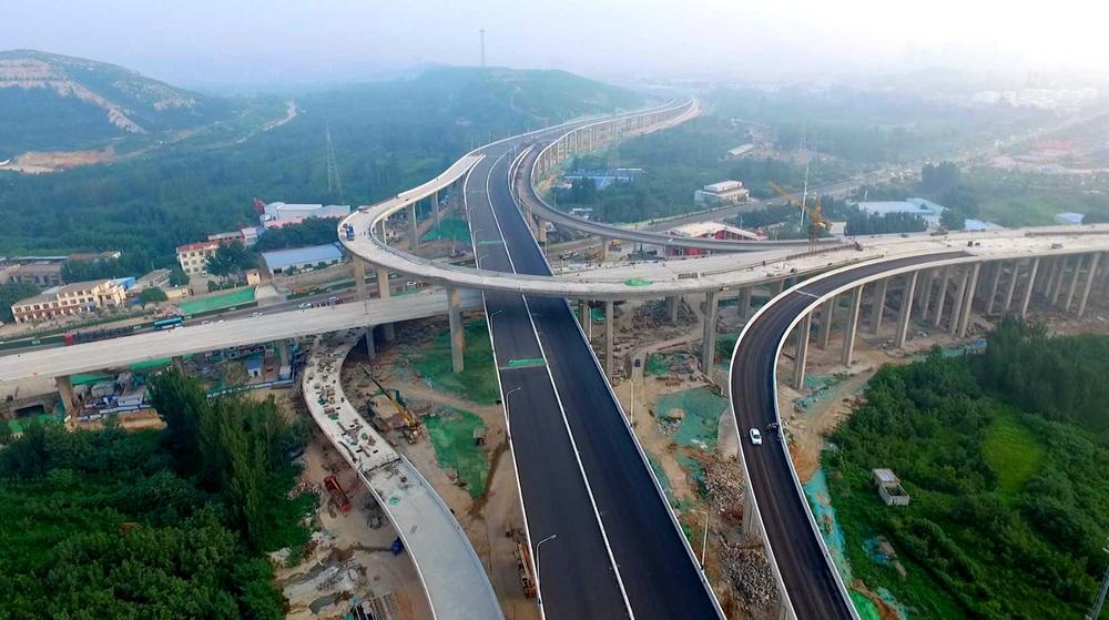 震撼!航拍济南最高互通立交凤凰山立交桥开铺沥青
