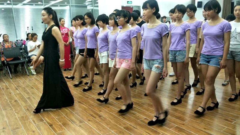 菏泽市女企业家协会公益助推青少年形体训练