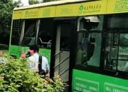 """济南两公交""""亲密接触"""" 玻璃碎一地乘客遭殃"""