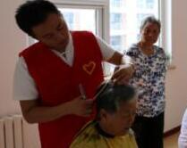 福利院里来了美发师!日照10位美发志愿者义务为老人理发