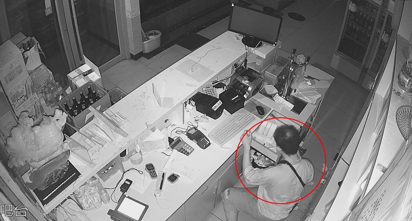 18秒丨疯狂盗贼180秒盗走6千元,店老板就睡在旁边…