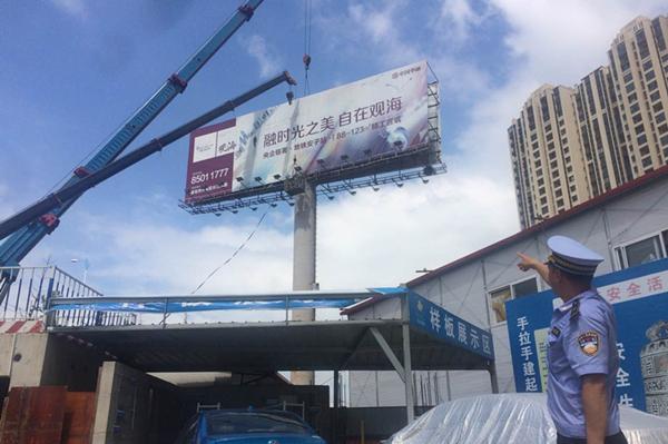 """青岛市北打响高炮广告整治""""第一枪"""" 拆除280平立柱广告"""