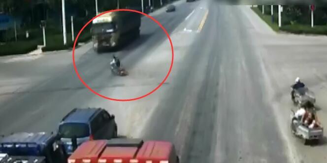 【潍坊】一半挂车撞飞电动车 14岁少女身亡