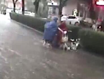 昨日那场大雨,济南女子倒在水流中,起来又被冲倒,最后…