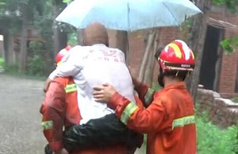 38秒丨半米深雨水困住民房内老人!诸城消防淌水将其背出