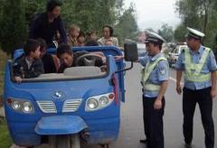 """金乡""""任性""""三轮车塞20人上路被查,乘客不愿下车"""