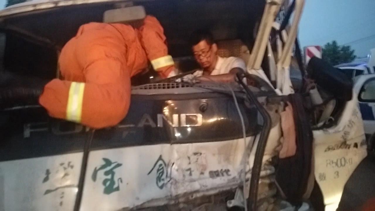 大货超速追尾车头变形一人被困 潍坊消防破拆救援