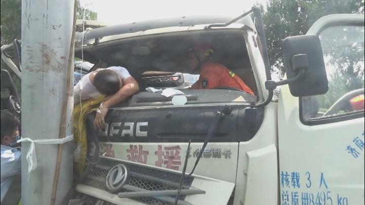 紧急!济南一货车撞上电线杆 车头变形司机大腿被卡