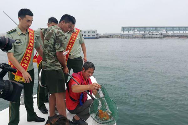 青岛军民携手清理海上垃圾  保护蔚蓝海洋
