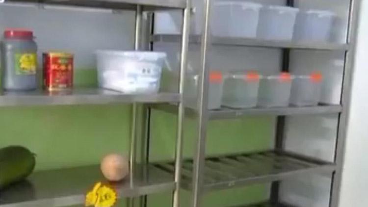 冰箱里爬蟑螂,挂面存3年!德州突击检查了一家正做饭的幼儿园