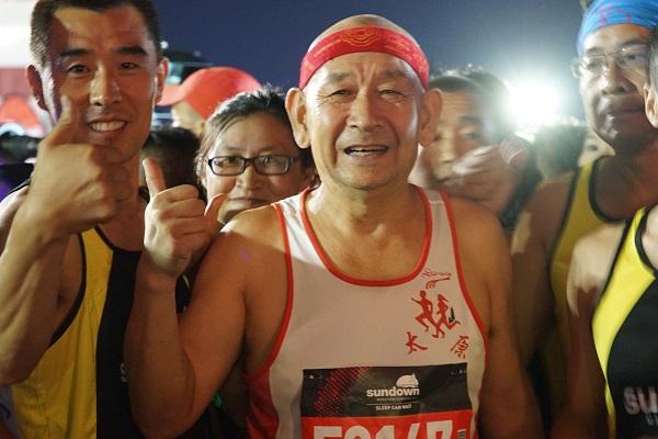 中国大陆首个夜间马拉松青岛西海岸浪漫开跑
