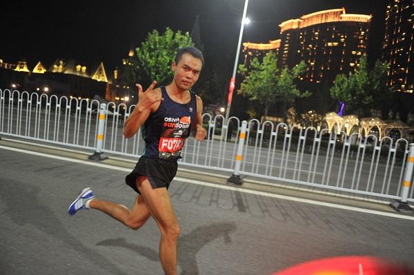 万人夜跑!中国大陆首个夜间马拉松青岛西海岸浪漫开跑
