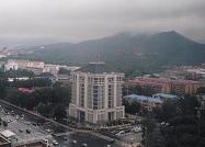 快看!济南千佛山山顶再现雨雾缠绕 胜似仙境