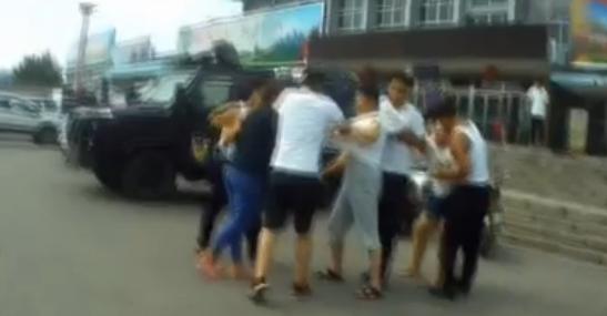 邹城母女二人当街撒泼阻挠执法 当场打人休克