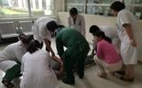 聊城:门诊大厅男子突然倒地 医护人员10分钟紧急救援