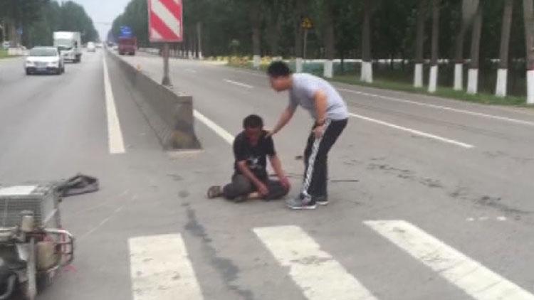 泗水男子骑摩托摔路上 过路医生:不救他后悔一生