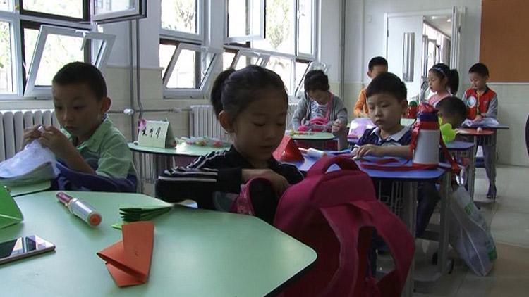 开学季|孩子们书包里都装了啥?小学生叠纸飞机交朋友