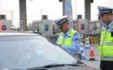 聊城高速交警夜间执法 一小时内多人因未携带驾驶证被处罚