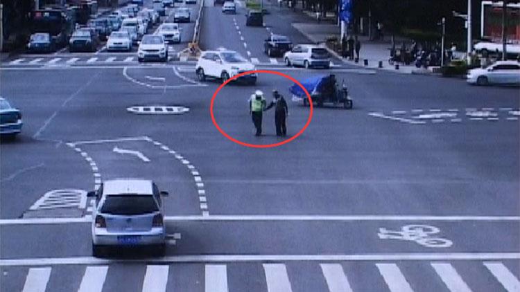 61秒|淄博一位77岁老人独自横穿马路 协警牵手护送