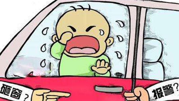 30度高温1岁儿童被锁车内 众人螺丝刀锤子都用上破窗施救