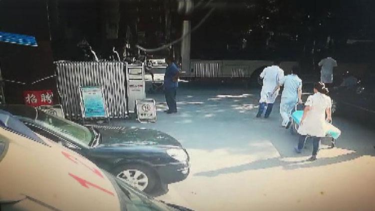 39秒丨八旬老人公交上心脏骤停 司机3分钟把车直接开进医院