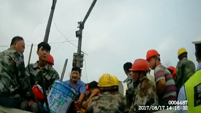 平原一货车违法拉载22名工人 屁股底下还有桶油漆