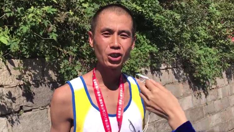 45秒丨济南小伙五次参加泰山国际登山赛 首次获南天门健身组冠军