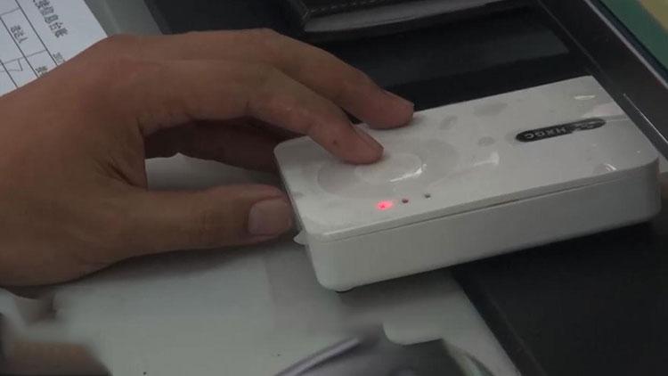 72秒丨100元办假身份证办业务被抓 读卡器:你当我不存在啊
