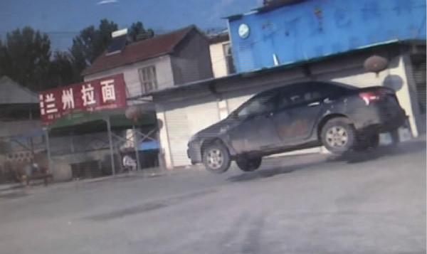 69秒丨菏泽男子醉酒偷开朋友车 遇交警一紧张撞上电动三轮