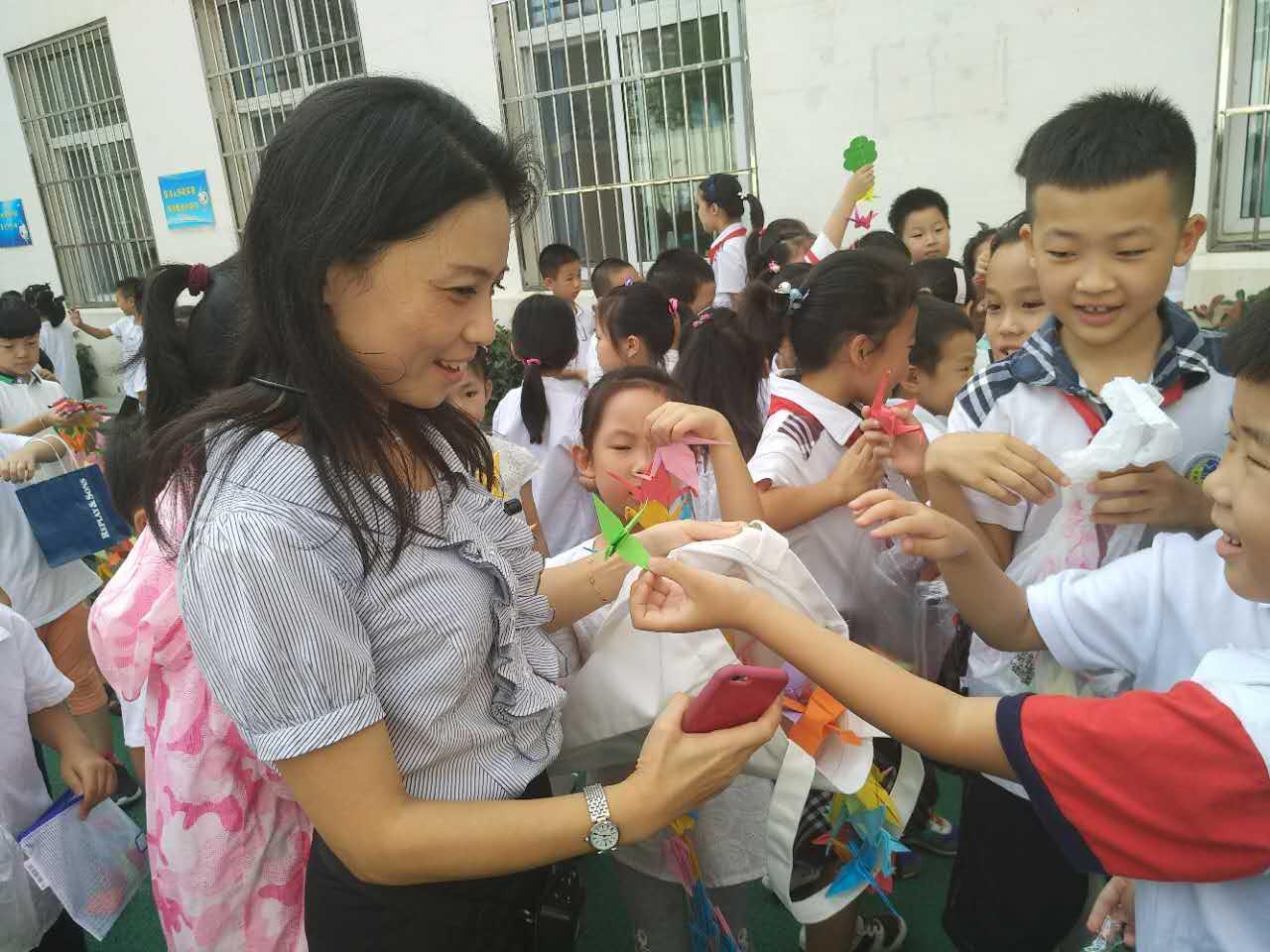 """制作的千纸鹤项链,走到老师面前,将满满的爱意装进老师们的环保""""口袋"""""""