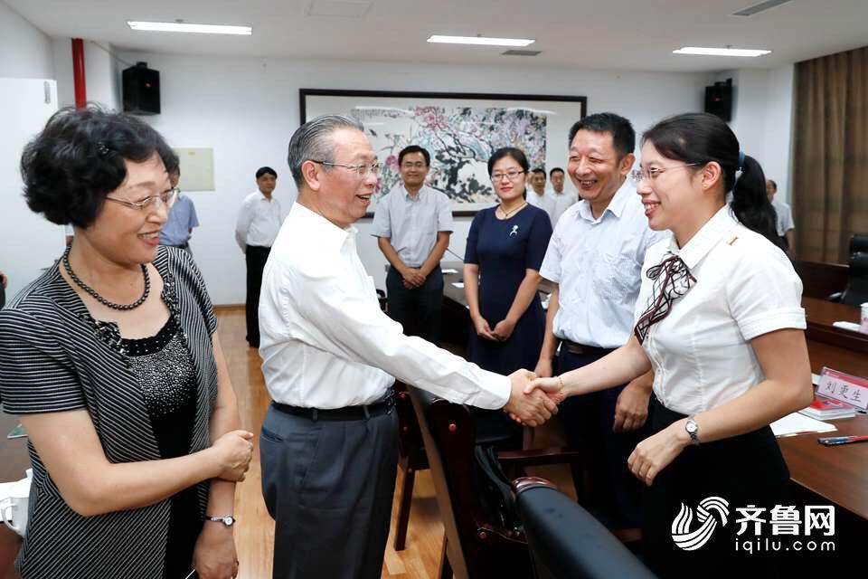 刘家义到地脊东方师范父亲学节视抚讯问动教养员并召开座谈