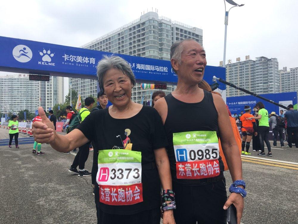 古稀夫妇跑海阳马拉松携手冲线 赞风景优美天气宜人