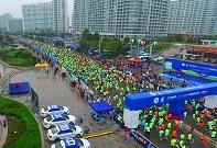 万人齐发!航拍2017仙境海岸海阳国际马拉松选手起跑瞬间