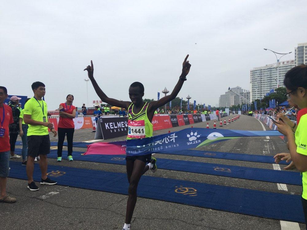 2017海阳国际马拉松男子全程三甲出炉!直击冲线瞬间