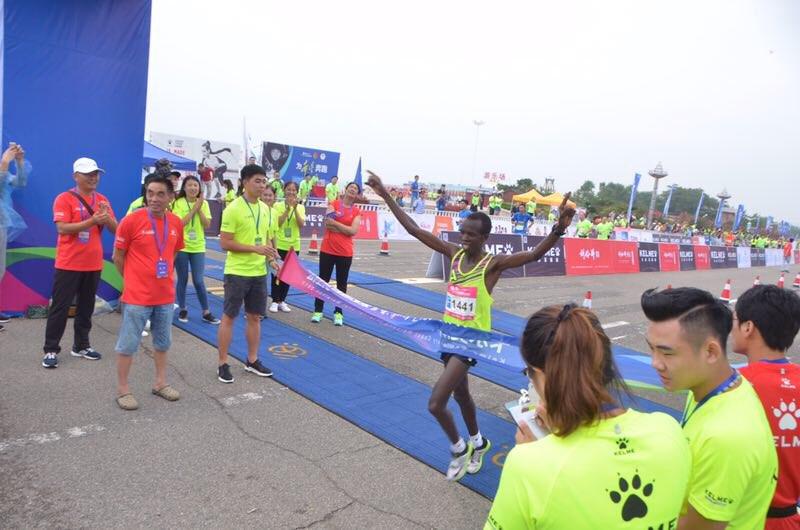 海阳马拉松男子全程冠军赛后大赞赛道 取得个人最好成绩