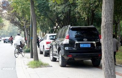 机动车任性开上人行道,烟台交警即日起严查违停