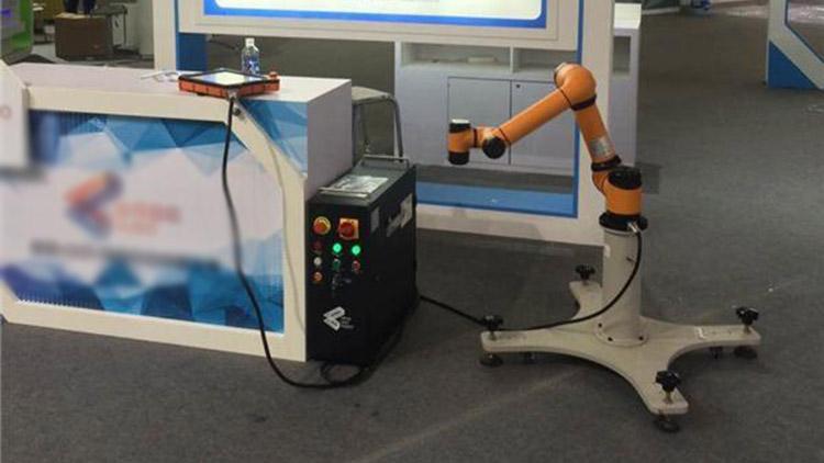 """聚焦物博会:机器人给你当""""家庭医生""""是什么体验?"""