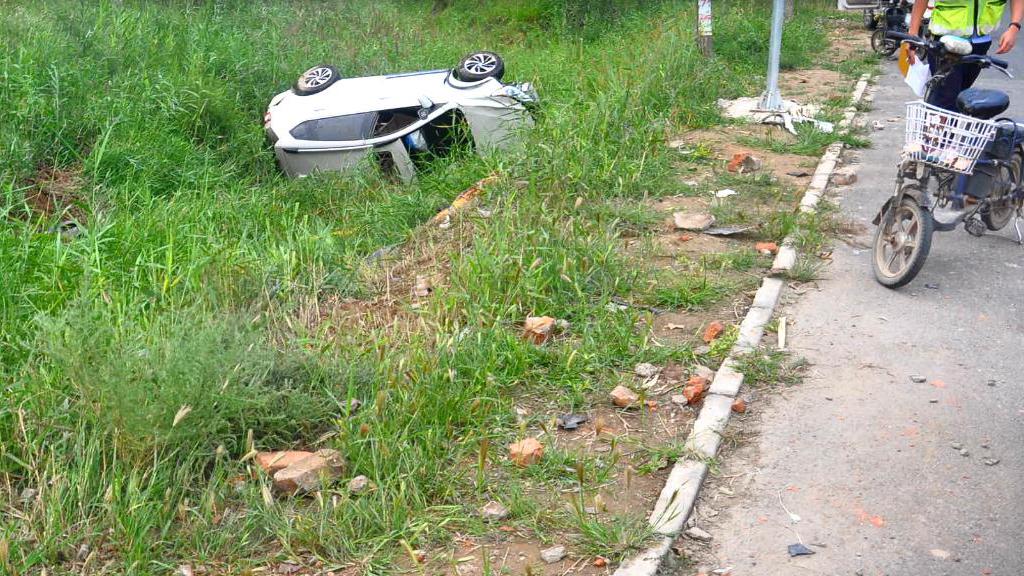 德州:行车记录仪记录车祸瞬间 车辆侧翻河沟中