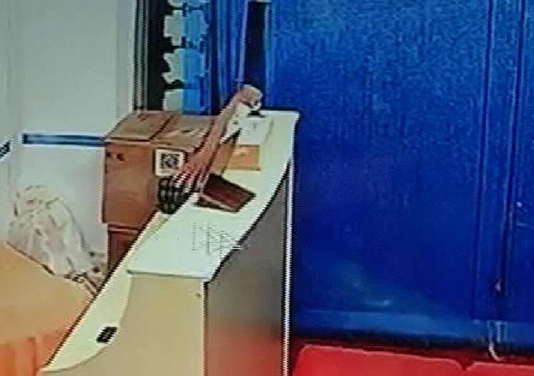 35秒监拍丨烟台男子站洗脚店门口打电话 一只手伸向柜台