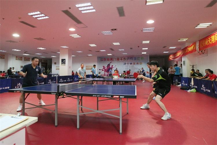 乒乓强手挥汗球场 山东第九届千乡乒乓球济宁赛区收拍