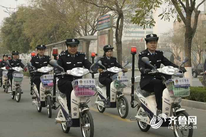 女子巡逻队在社区巡逻_副本.jpg