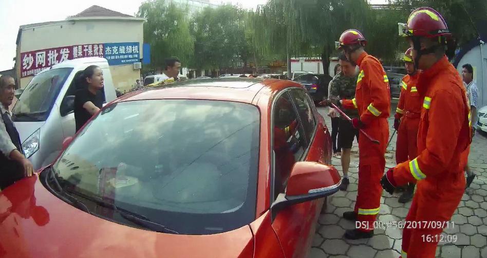 多危险!7个月娃反锁车内 日照消防破窗救人