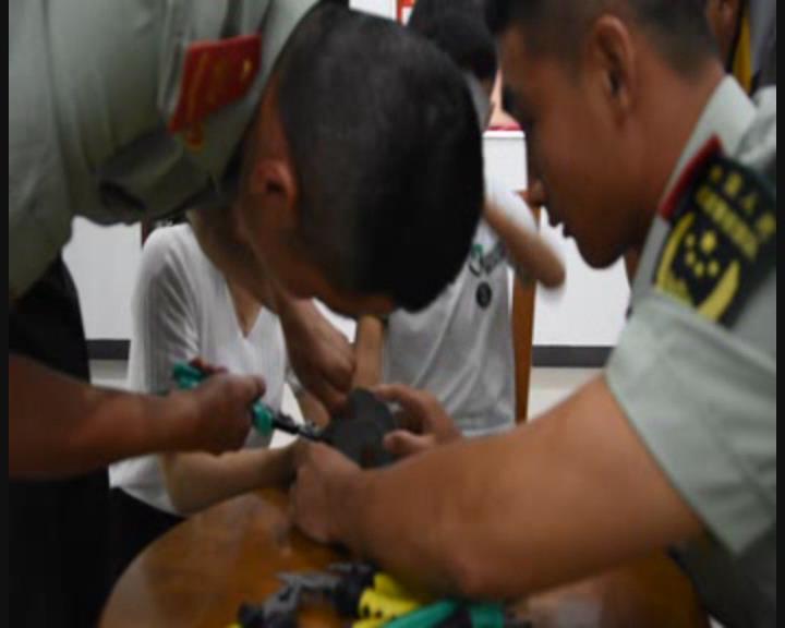 济宁五岁男童手指被卡晾衣架卡盖 消防官兵紧急救助
