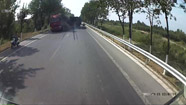 30秒|滨州阳信一货车强行超车 行驶记录仪记录惊险一幕