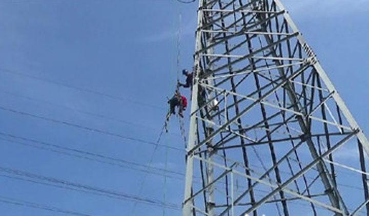 59秒丨维修工爬错变电塔遭电击 消防30米高空索降救人