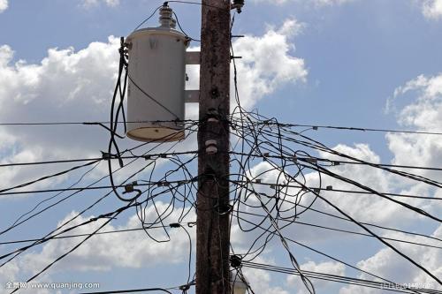 济南30多条电路线路迁改 环山路挡路的架空导线将拆除