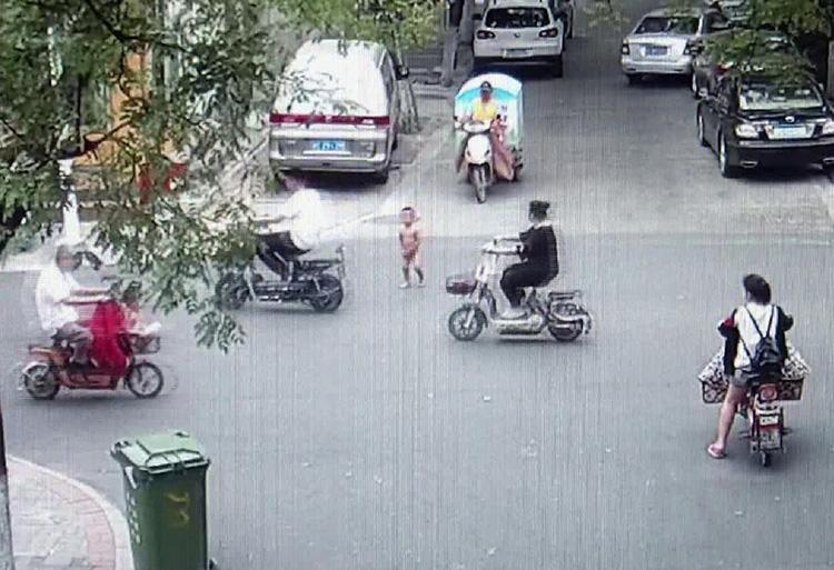 """47秒丨2岁男娃""""溜""""出家门 光腚赤脚街头穿梭"""