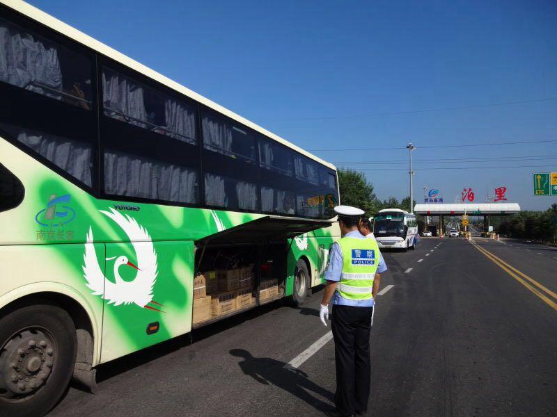 大巴车违规载货上高速 行李舱内装了20箱原装瓶盖